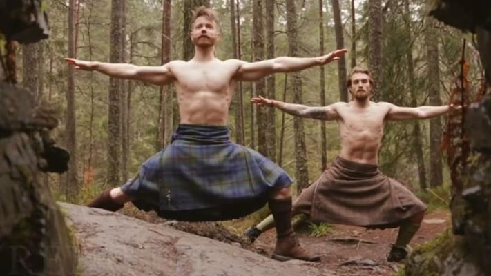 Ecossais faisant du yoga en kilt