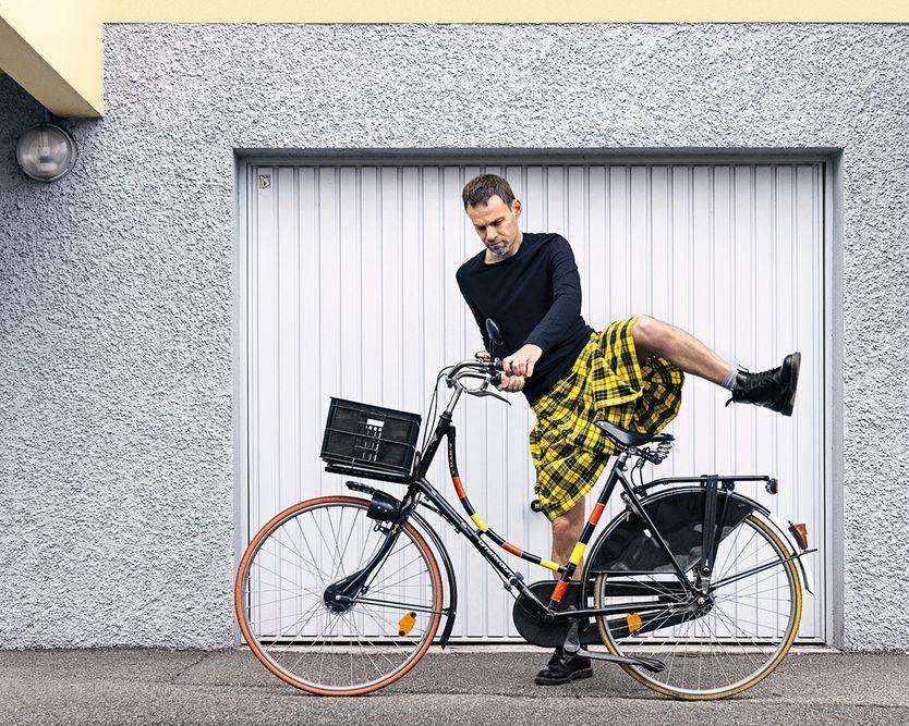 Jérémie Lefebvre enfourche son vélo, vêtu d'un kilt